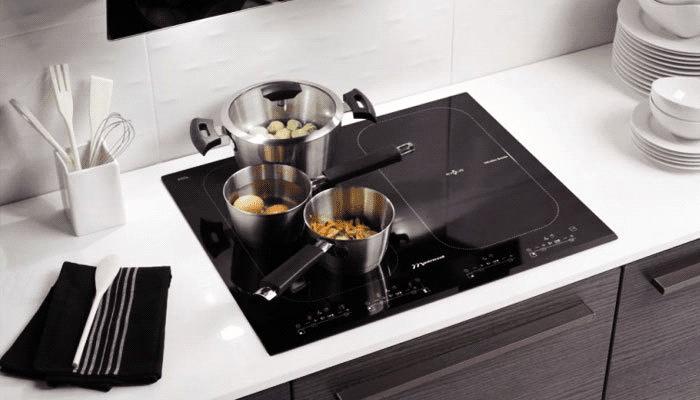 Bếp từ đặt âm gọn gàng khiến không gian bếp trở nên sang trọng, sạch sẽ
