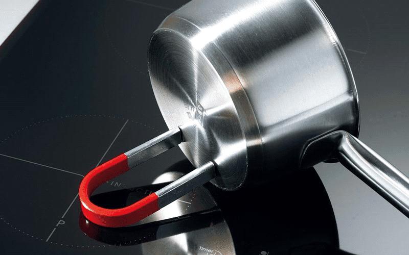 Dùng nam châm để thử nồi có thể sử dụng với bếp từ không