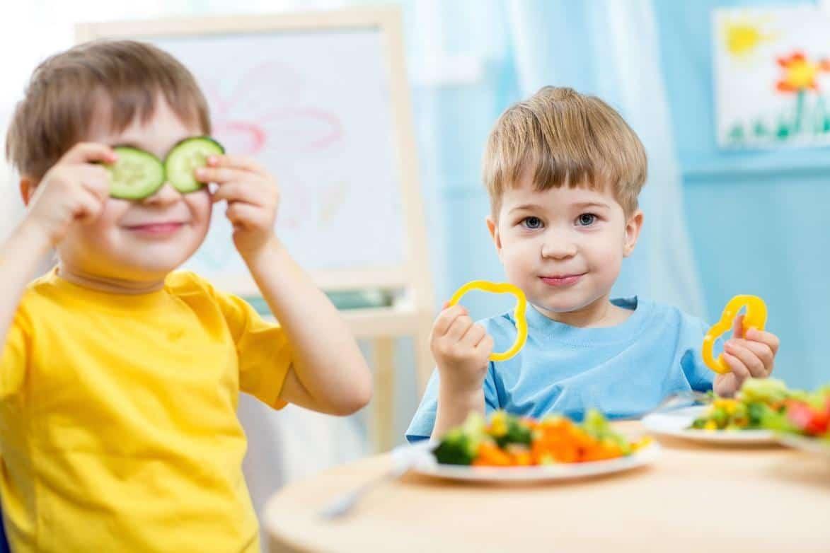 Hãy tập cho trẻ thói quen tự giác ăn uống lành mạnh.