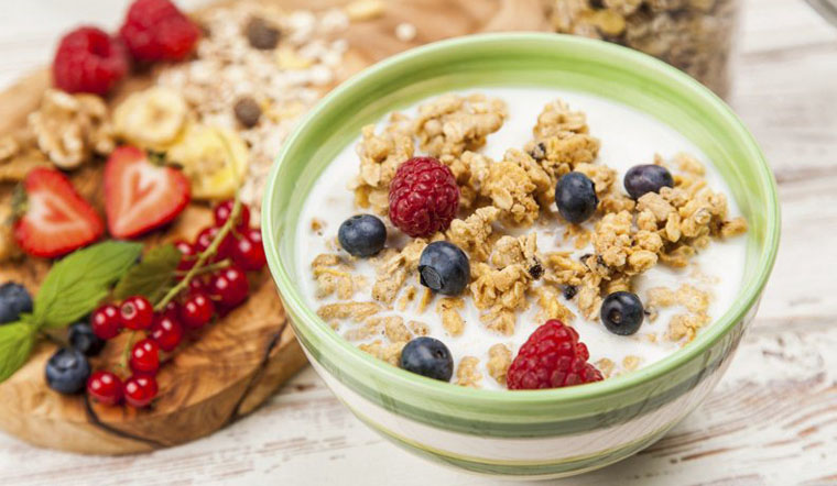 Hỗn hợp hạt ngũ cốc kết hợp với các loại hạt và sữa tươi