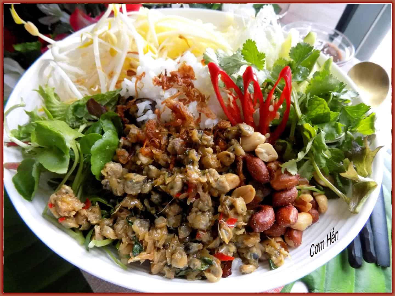 Món cơm hến do chị Lâm Anh Đào trổ tài