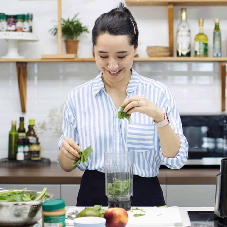 Chị Đào Chi Anh đang trổ tài trong bếp