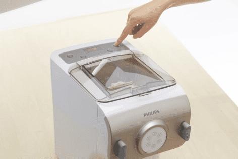 Bước 2: Thêm trứng và nước sôi để nguội vào khe trên nắp máy.
