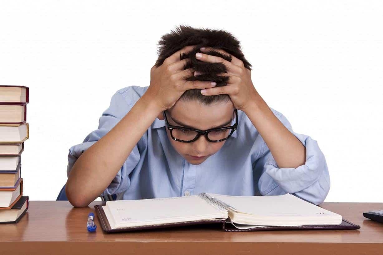 Trẻ tập trung thi cử căng thẳng cũng dẫn đến tình trạng biếng ăn