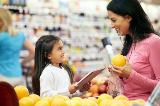 Hãy để bé đi chợ cùng mẹ để học hỏi thêm kiến thức về dinh dưỡng