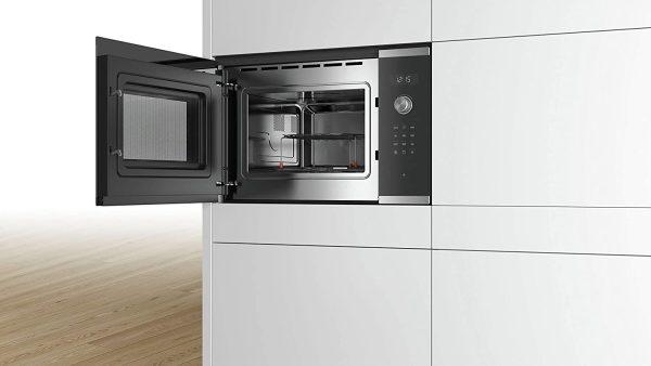 Lò vi sóng Bosch BEL554MS0 còn được thiết kế với cửa xoay, bản lề trái và mở cực kỳ dễ dàng với chỉ một nút bấm